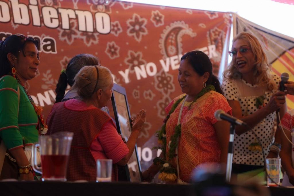 mujeres de cuanalá dan regalo a Marichuy _Daliri Oropeza